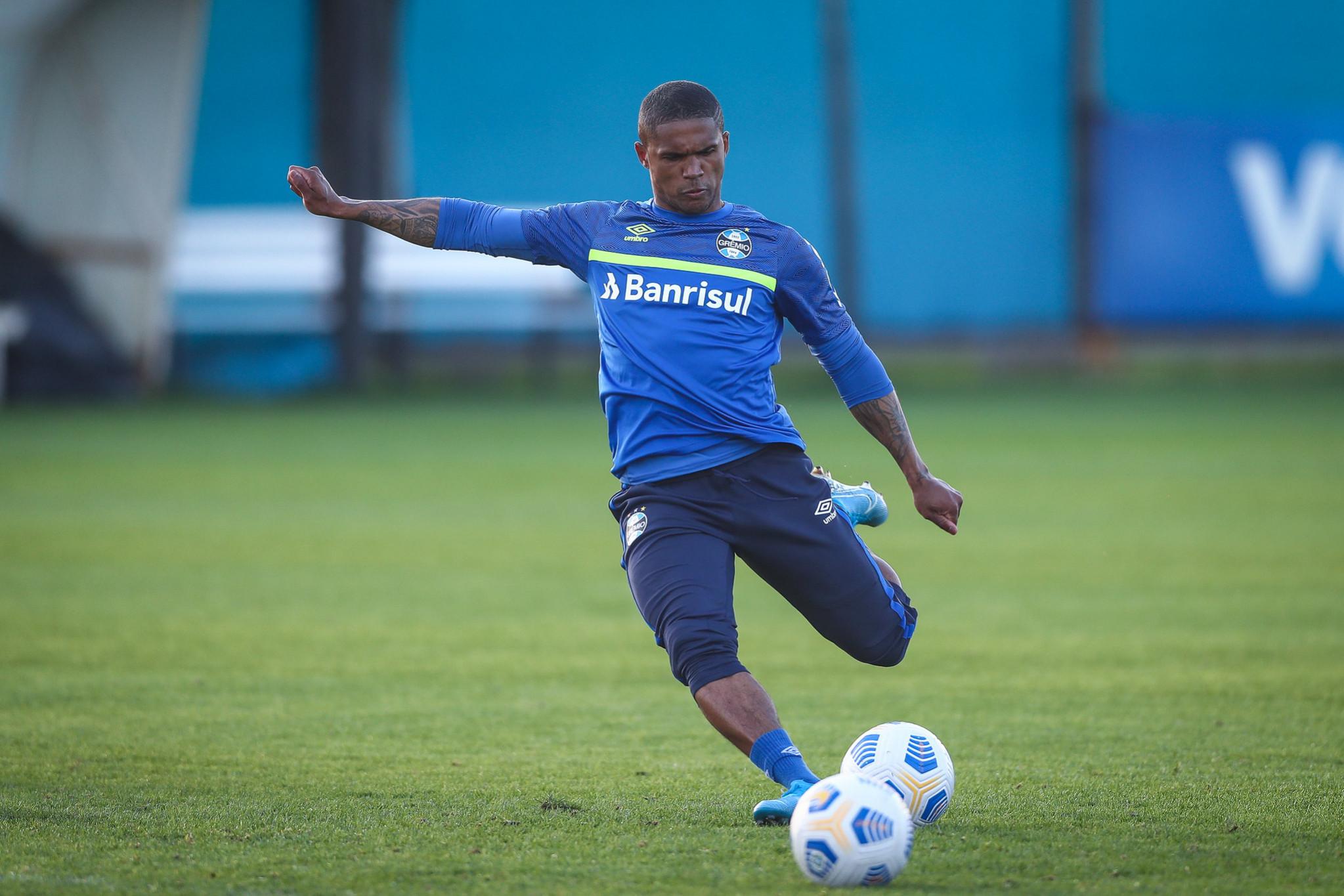 Tiago Nunes comanda treino tático planejando próximo duelo pelo Campeonato Brasileiro