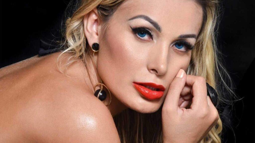 Andressa Urach posa de fantasia sensual e faz revelação polêmica sobre relação
