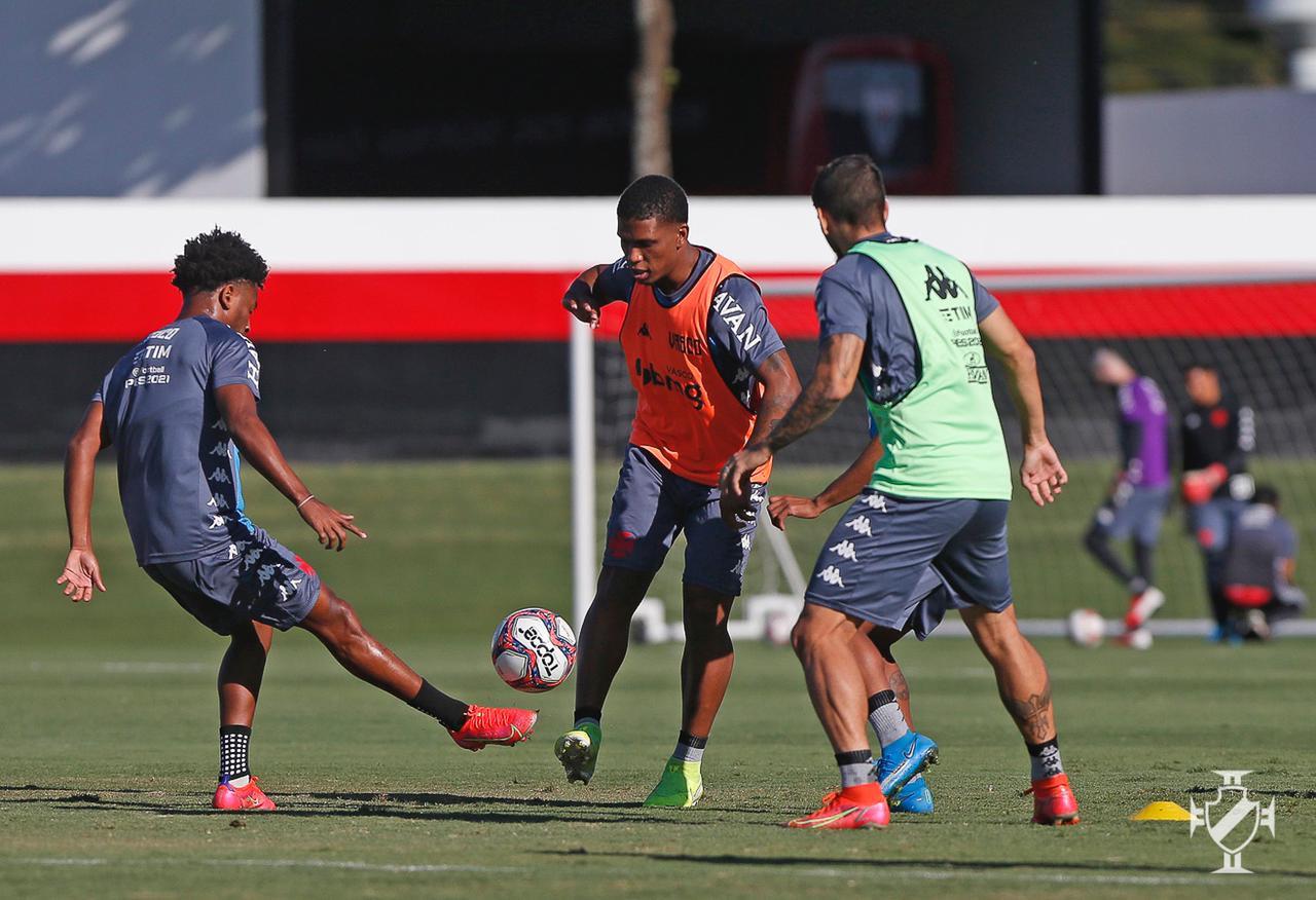 Vasco treina em Goiânia visando a partida contra o Confiança-SE