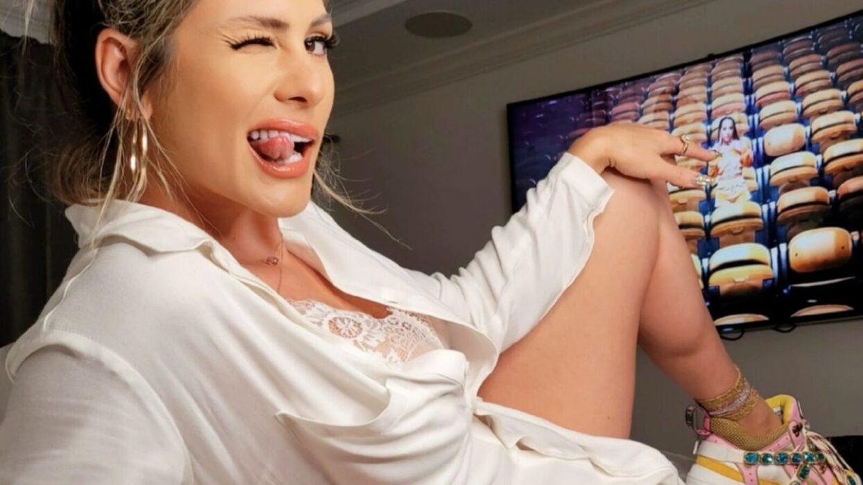 Lívia sensualiza na internet em ensaio caseiro arrebatador: