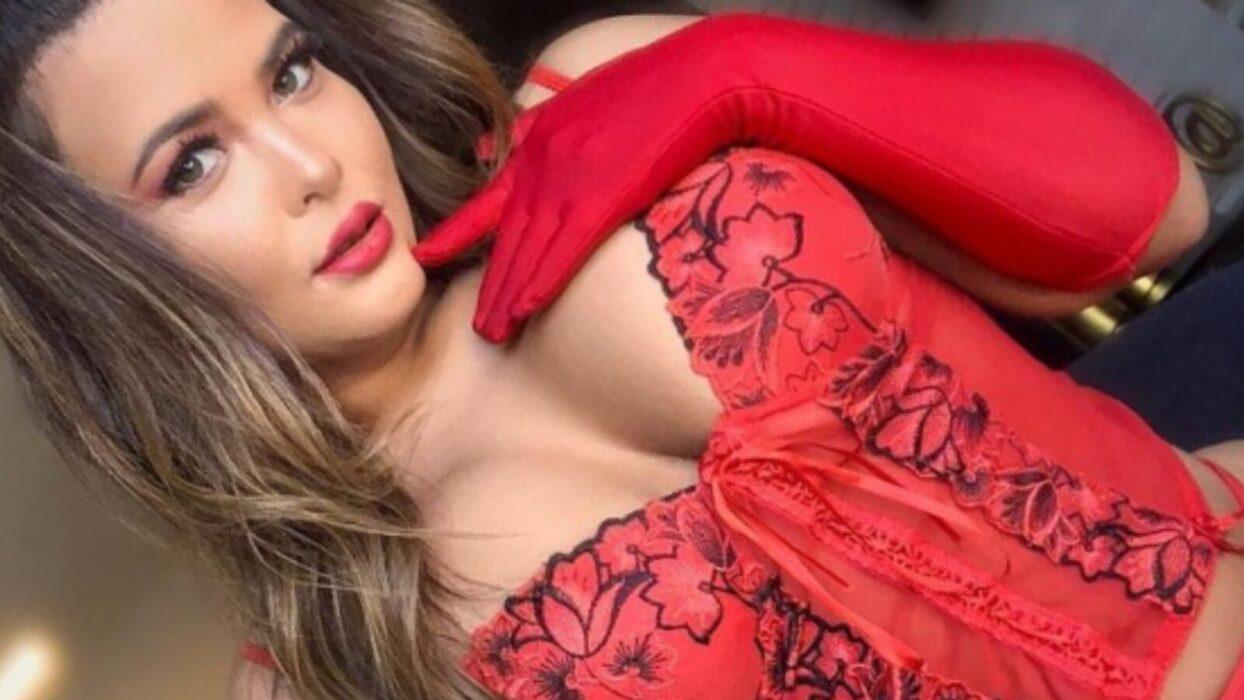 Geisy Arruda é fotografada de lingerie vermelha e agita noite dos fãs