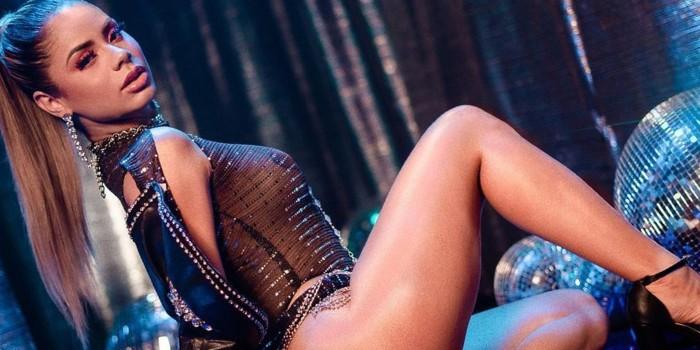 Lexa aposta em look revelador e exibe abdômen saradíssimo aos fãs