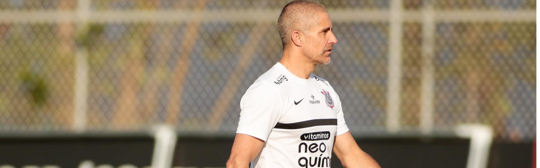 """Sylvinho treina """"perde e pressiona"""" de olho no Atlético-MG"""