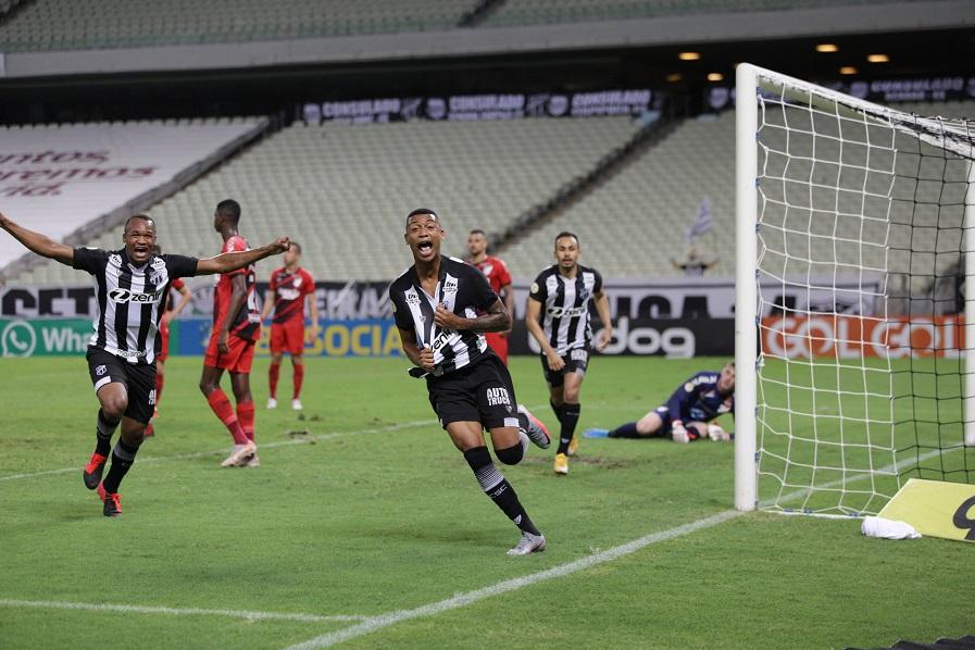 Com gol no fim, Ceará vence o Athletico-PR pelo Brasileirão Assaí