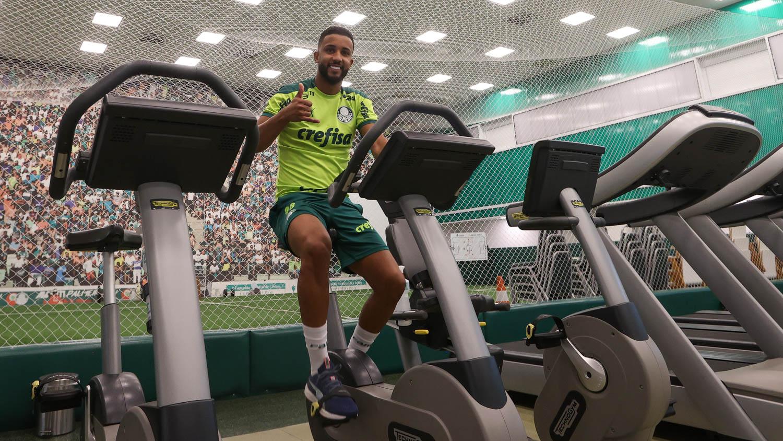Jorge chega ao Palmeiras e elogia estrutura da Academia: 'Não é à toa que briga sempre por títulos'