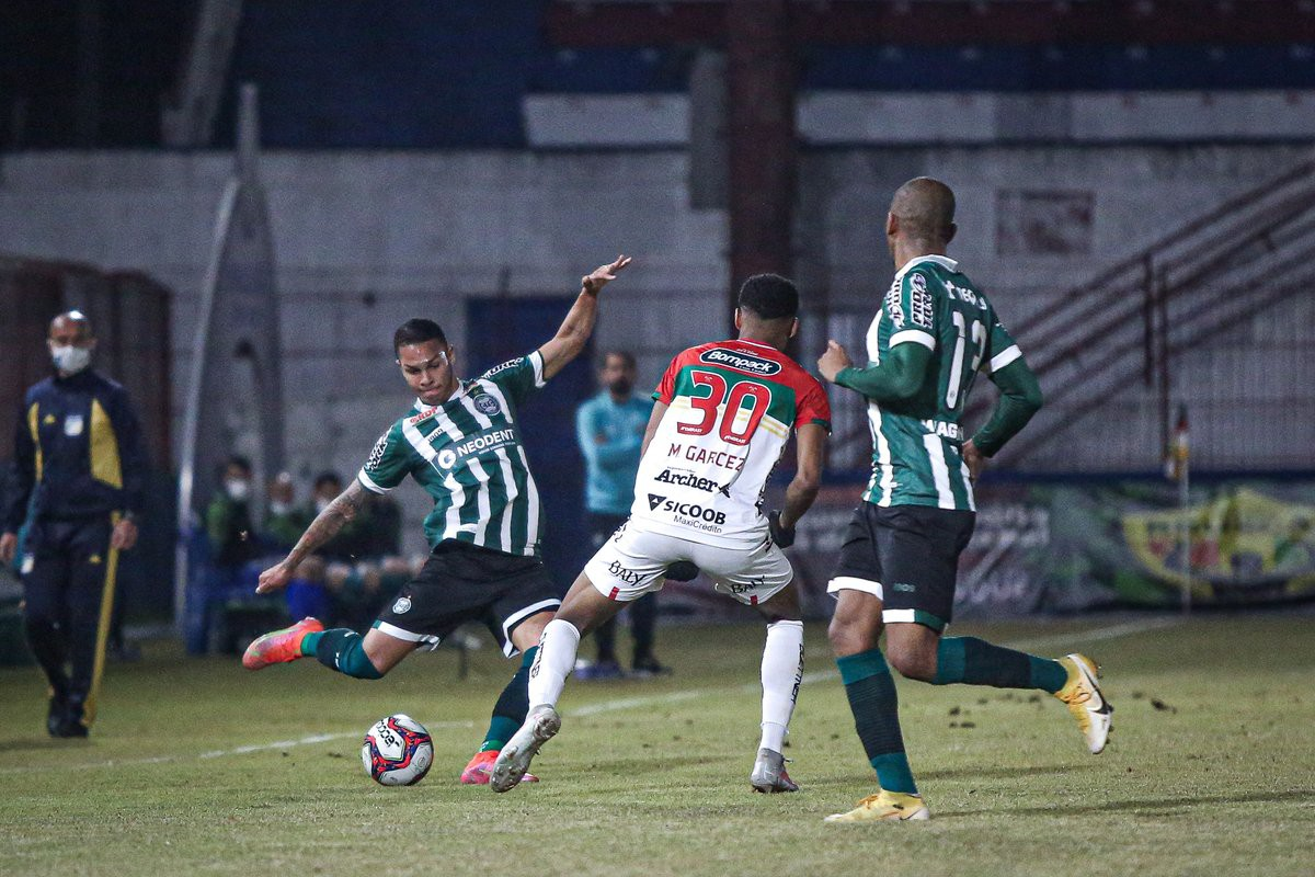 Brusque e Coritiba empatam jogo adiado da quarta rodada da Série B