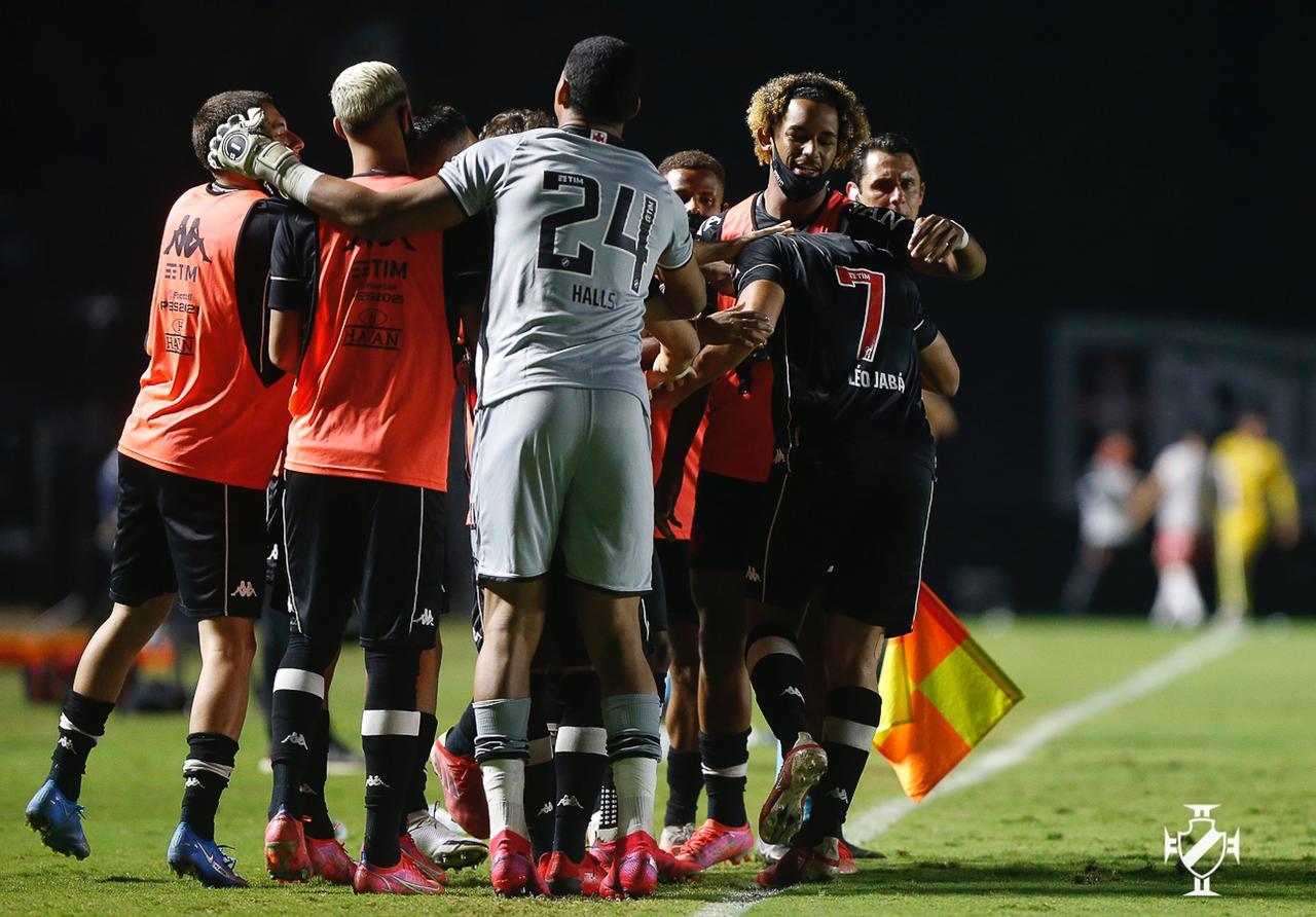Jogando em São Januário, Vasco vence o Vila Nova pelo Campeonato Brasileiro