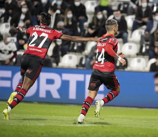 Mengão goleia o Olimpia por 4 a 1 no Paraguai e larga na frente rumo às semifinais da Libertadores