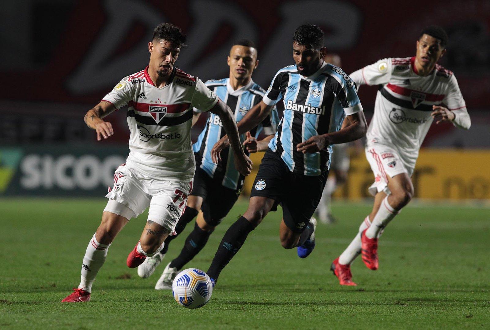 Na raça e nos acréscimos, São Paulo vence o Grêmio no Morumbi