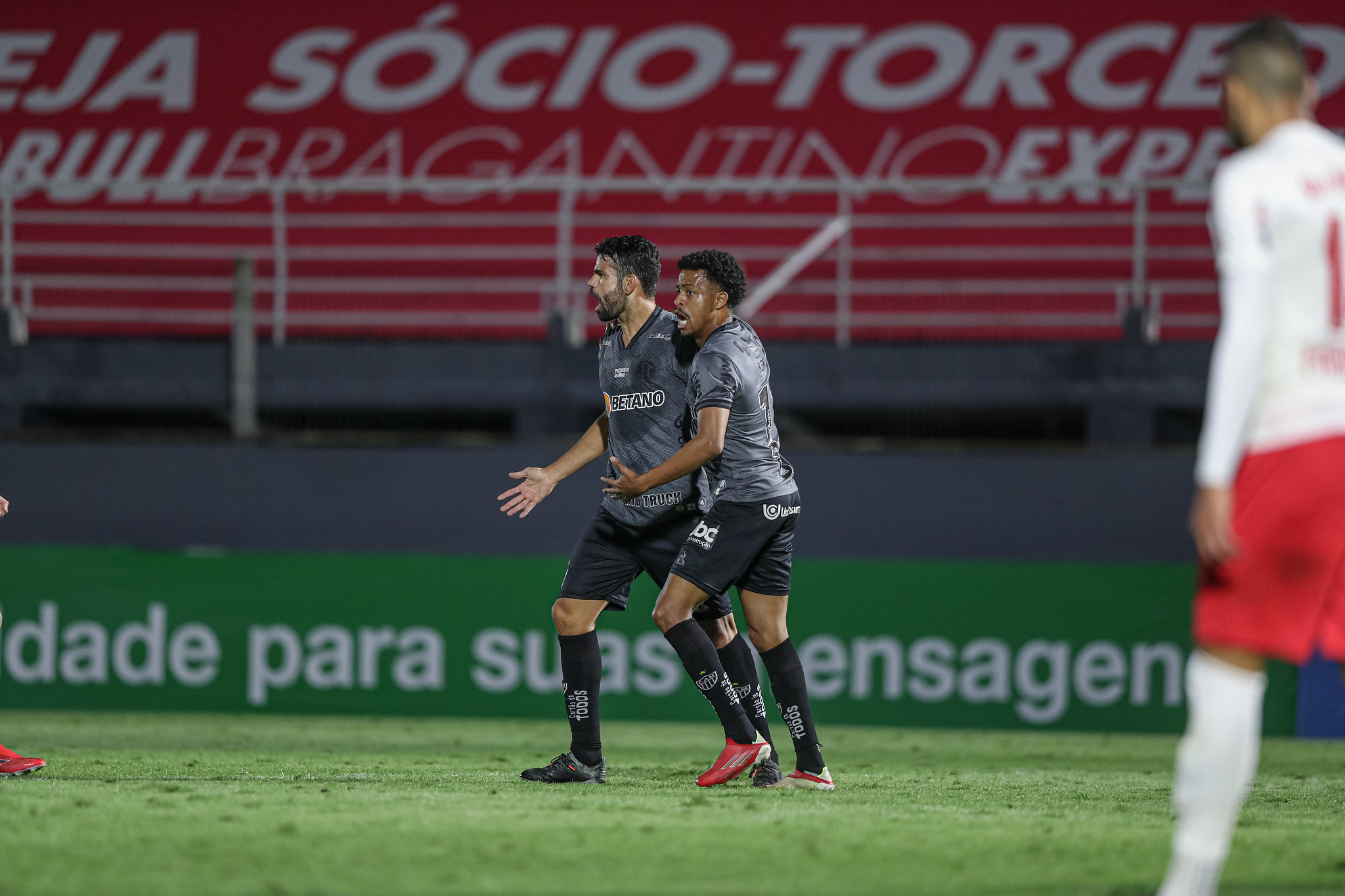 CANAL OFICIAL: Diego Costa comemora golaço na estreia