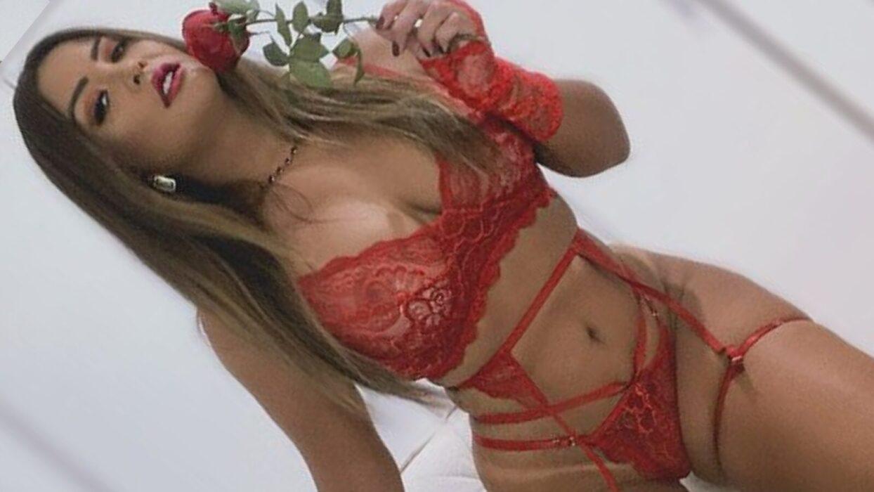 Geisy Arruda aposta em biquíni sexy e exibe marquinha de bronzeado