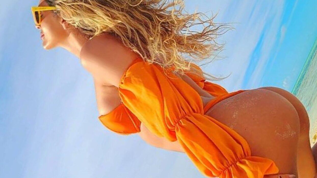 De biquíni sexy, Lívia Andrade renova o bronzeado e esbanja boa forma corporal