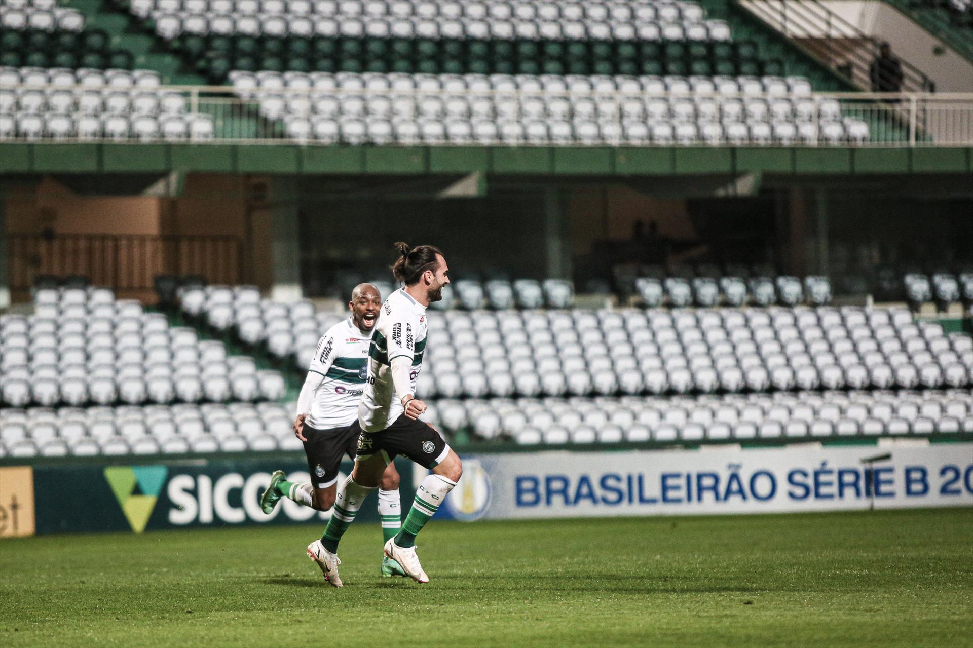 Coxa vence e mantém liderança no Brasileirão