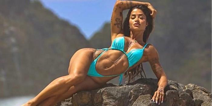 Aline Riscado esbanja corpão turbinado em cenário paradisíaco: