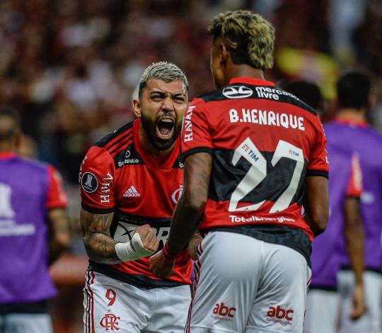 Com dois de Bruno Henrique, Flamengo derrota o Barcelona (EQU) e abre vantagem na semi da Liberta
