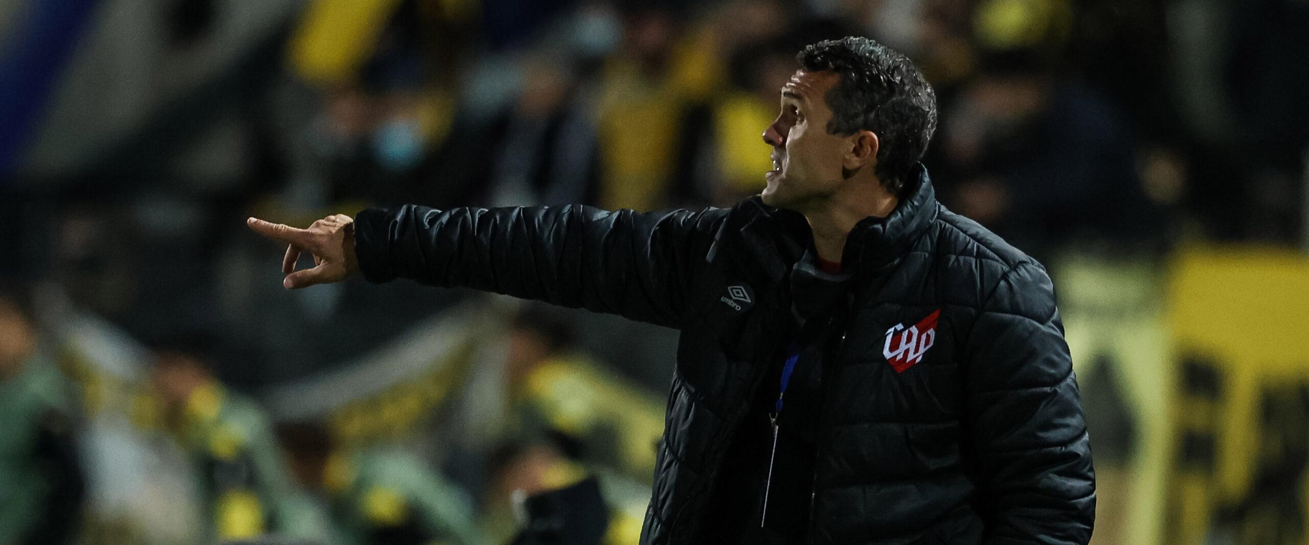 Bruno Lazaroni exalta maturidade e equilíbrio do Furacão no Uruguai