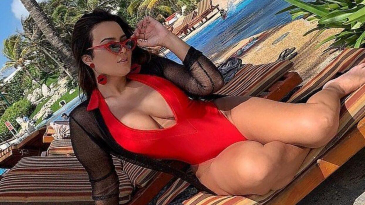 De lingerie transparente, Geisy Arruda posa de costas e mostra tatuagem íntima antes de dormir