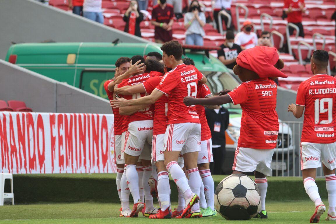 Time e torcida dão show, e Inter goleia a Chapecoense por 5 a 2 no Beira-Rio