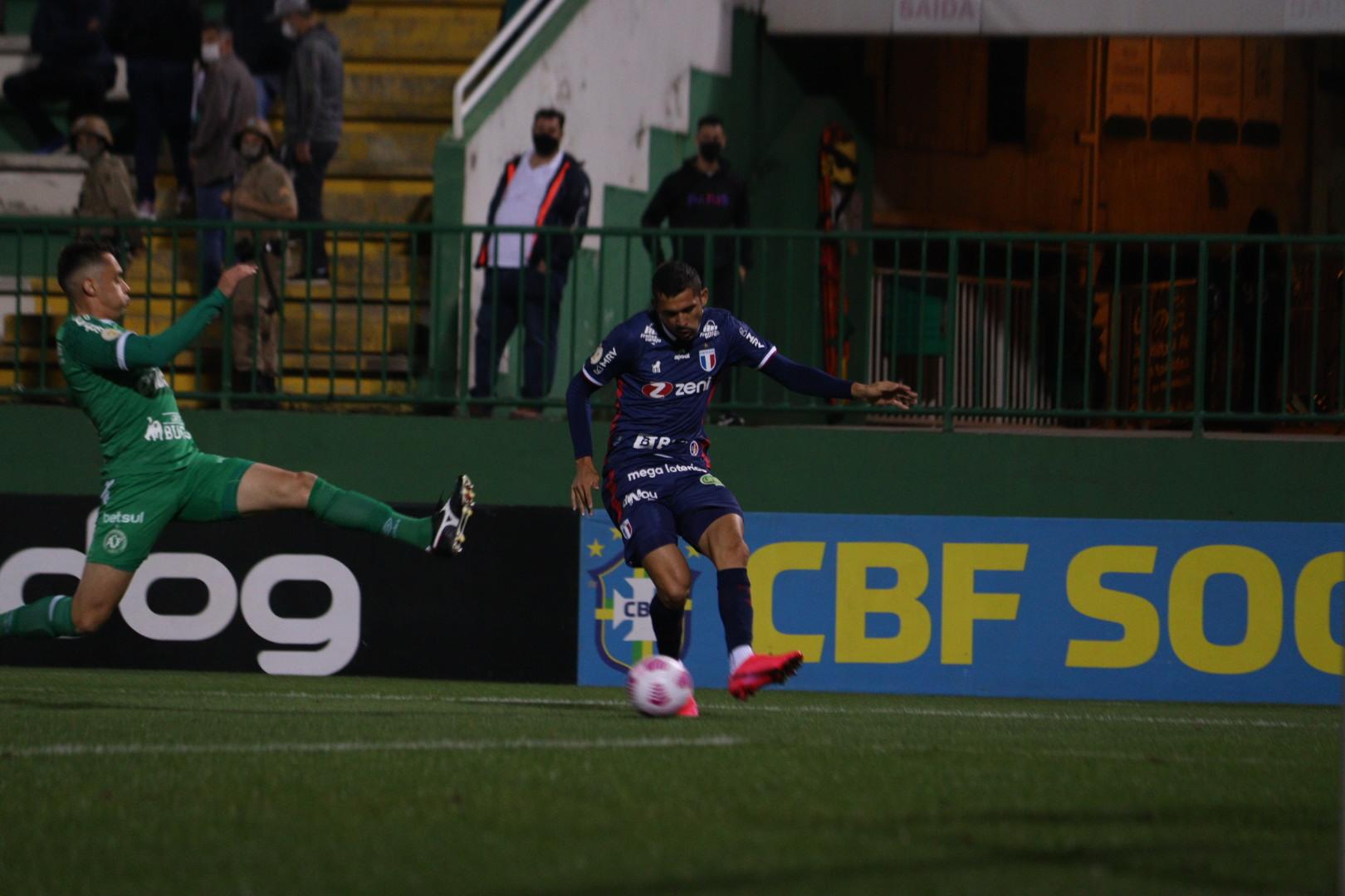 Com gols de Bruno Melo e Pikachu, Fortaleza vence a Chapecoense na Arena Condá