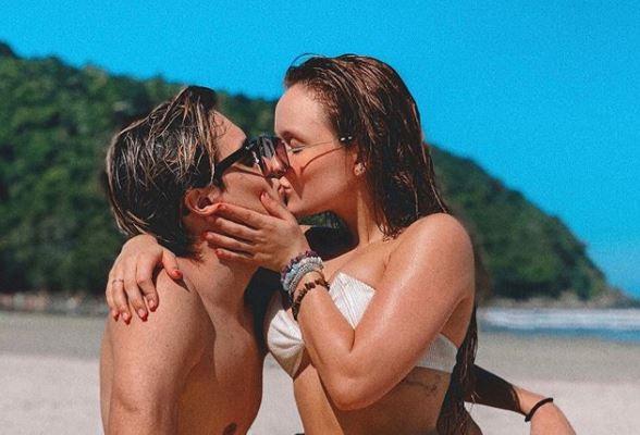 Larissa Manoela esquenta a web ao posar em clima de romance com o namorado na praia