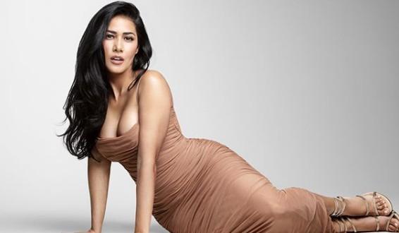 Simaria ostenta curvas acentuadas usando vestido decotado: