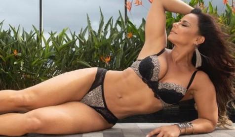 Viviane Araújo aposta em look colado ao corpo e dá o que falar:
