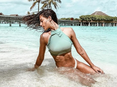 Mari Gonzalez arranca suspiros de seguidores em clique praiano: