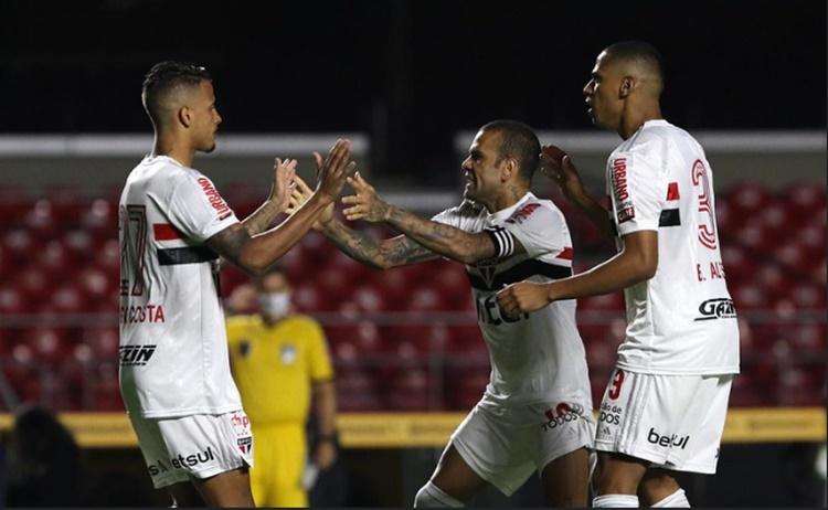 Daniel Alves do São Paulo volta a jogar mal e vive o pior momento no clube