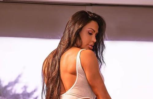 Gracyanne Barbosa posa com look de tirar o fôlego e dá dicas diferenciadas
