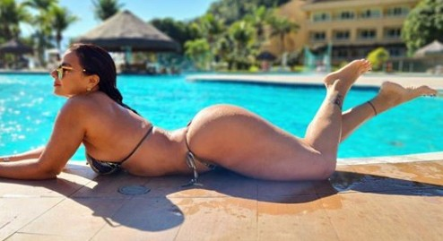 Viviane Araújo exibe beleza e boa forma na praia :