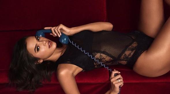 """Bruna Marquezine surge deitada na cama e faz revelações: """"Carente"""""""