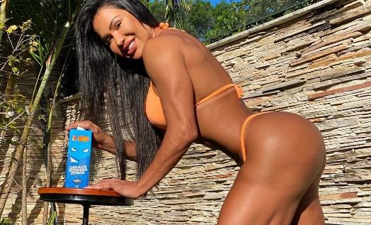 Gracyanne Barbosa passa produto no bumbum e enfervece a web