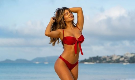 Hariany Almeida levanta roupa e mostra abdômen sarado: