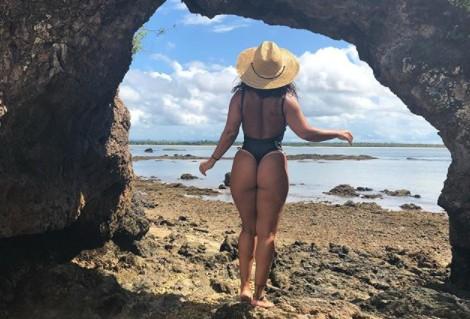 Viviane Araújo ostenta corpão sarado usando look transparente
