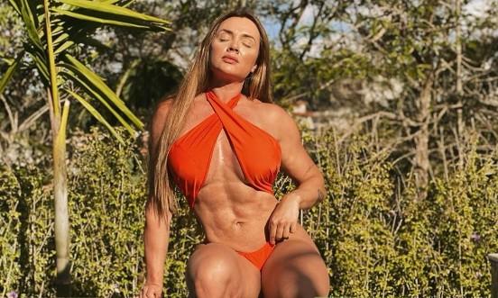 Juju Salimeni faz vídeo sensual na piscina e deixa seguidores com