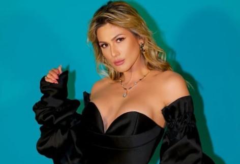 Lívia Andrade aposta em look sedutor para participar de evento