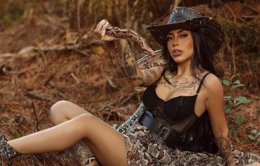 Mirella surge com cobra no colo e esbanja sensualidade