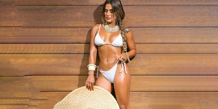 Carol Peixinho renova bronzeado e esbanja curvas sensuais: