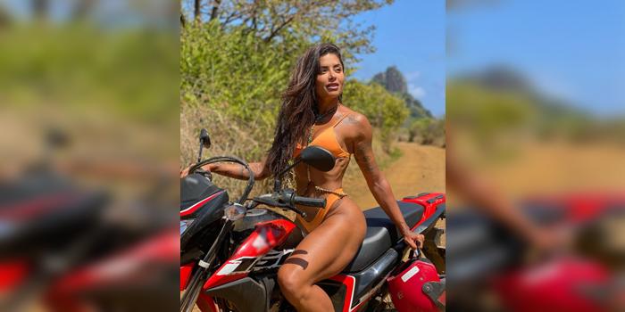 Para animar a sua sexta, Aline Riscado posa em cima de moto e quase mostra demais