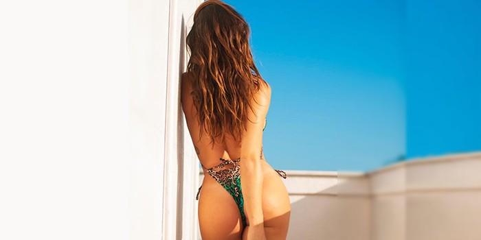 Isis Valverde compartilha clique sedutor na praia: