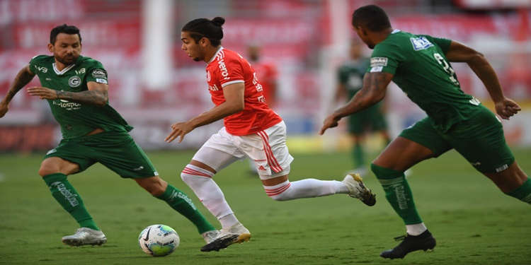 Internacional vence o Goiás e fica a três pontos do líder