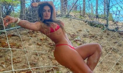 Carol Peixinho posa em Salvador e dá zoom no corpão