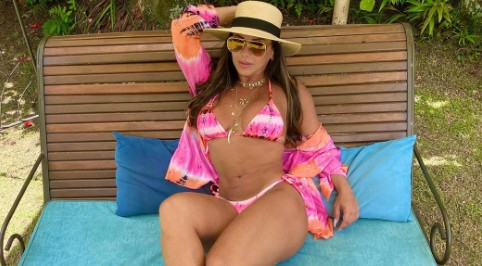 Viviane Araújo dá show de boa forma e sensualidade ao ar livre