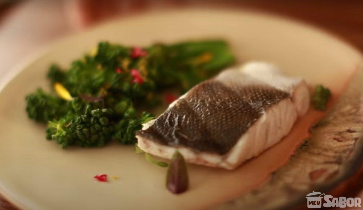 Aprenda a fazer Peixe com brócolis no vapor
