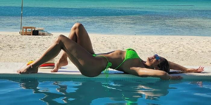 Lívia Andrade posa de costas na praia e exibe bumbum avantajado