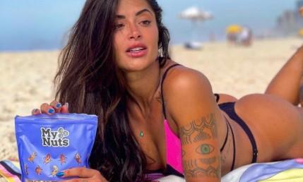 Aline Riscado coloca o corpão para jogo em clique praiano: