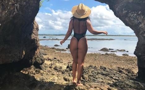 Viviane Araújo esbanja corpão sarado durante passeio de barco na Bahia