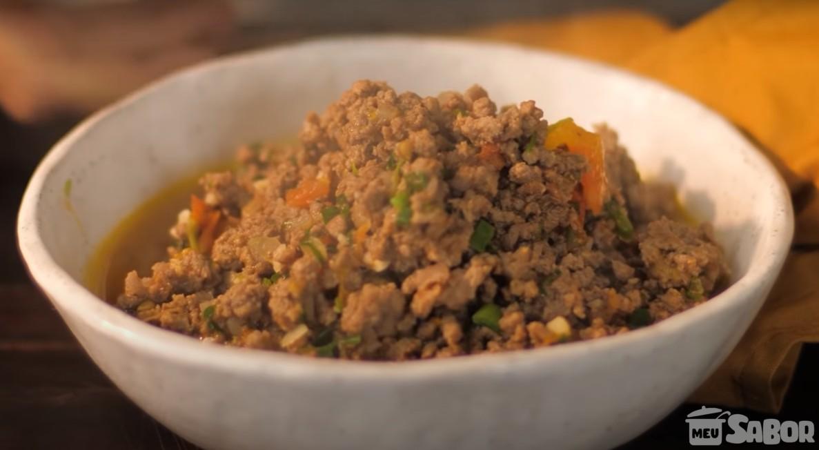 Sabe aquela carne moída perfeita para servir com arroz? Confere aí a receita dessa gostosura!