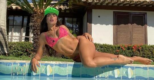 Com look sexy, Aline Riscado joga futevôlei na praia e choca seguidores