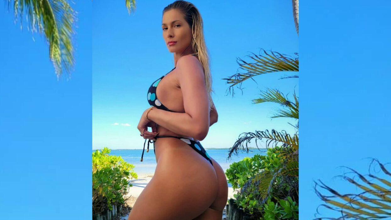 Lívia Andrade posa de biquíni fininho e ostenta